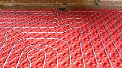 Noppenplaten met warm water vloerverwarming