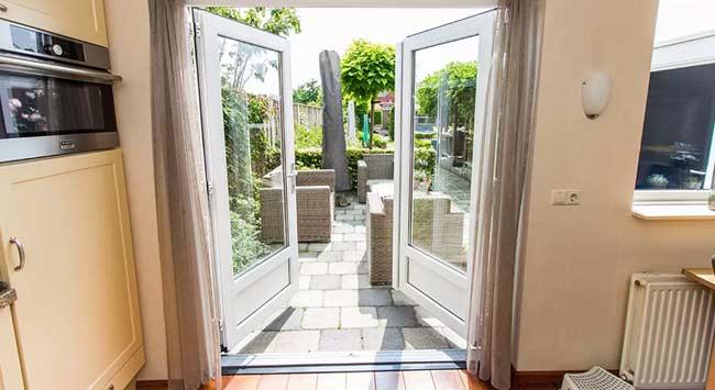 Openslaande deuren van kunststof naar de tuin toe