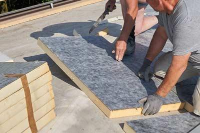 PIR platen op een plat dak aan de buitenzijde