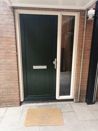 Groene PVC voordeur met zijlicht