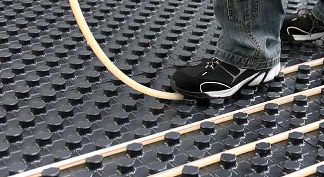 Snel vloerverwarming leggen met noppenplaten