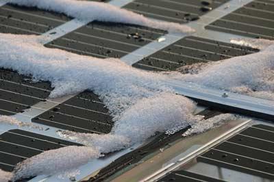 Zonnepanelen met sneeuw